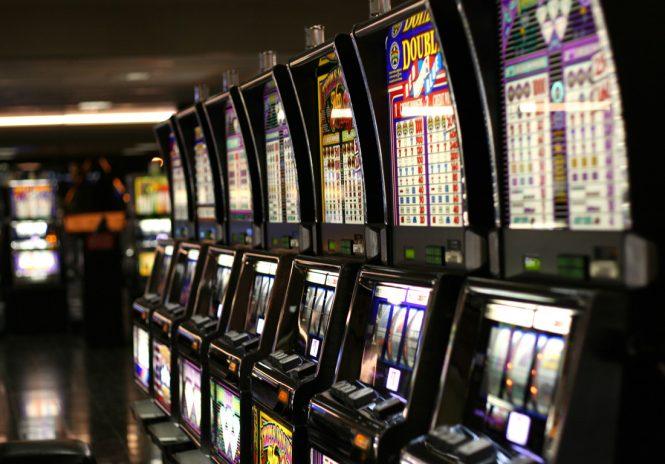Alle slot machine nelle ore di lavoro, 18 medici indagati